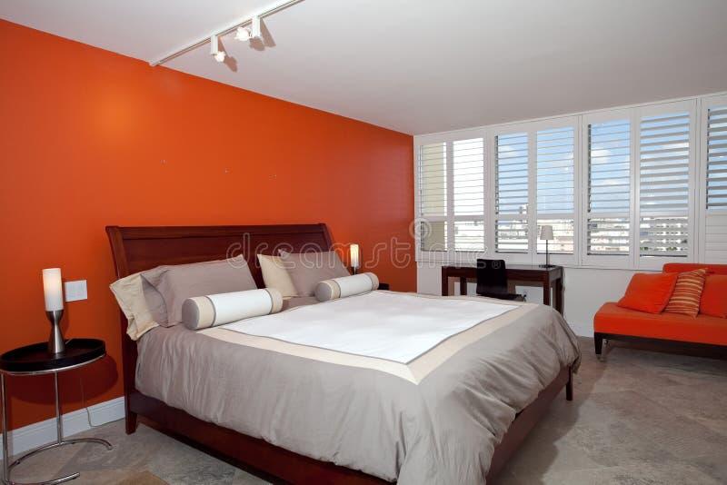 Slaapkamer Met Gebrande Oranje Muur Stock Afbeelding - Afbeelding ...