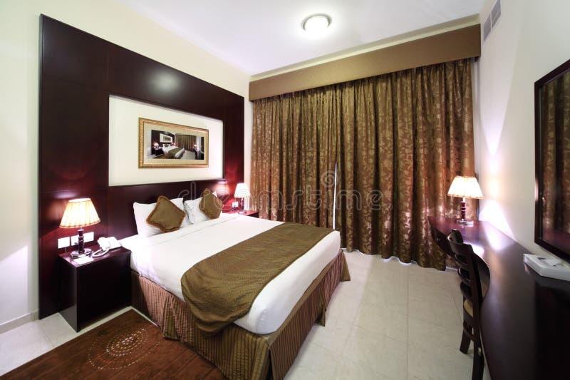 Slaapkamer met gesloten gordijn en grote bedkant royalty-vrije stock fotografie