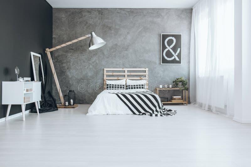 Slaapkamer met geweven muur stock foto
