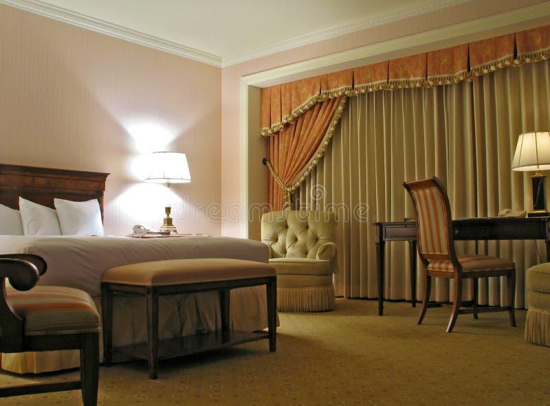 Slaapkamer met gordijn stock afbeelding