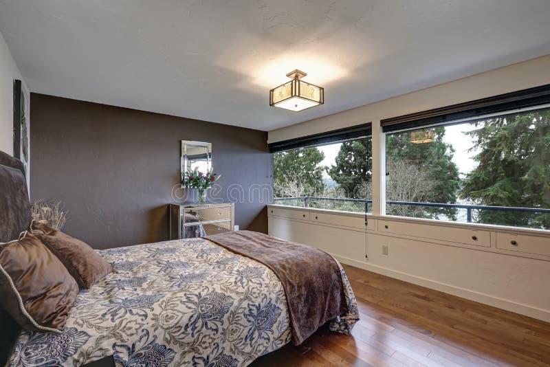 Slaapkamer Met Grijze Accentmuur Stock Foto - Afbeelding bestaande ...