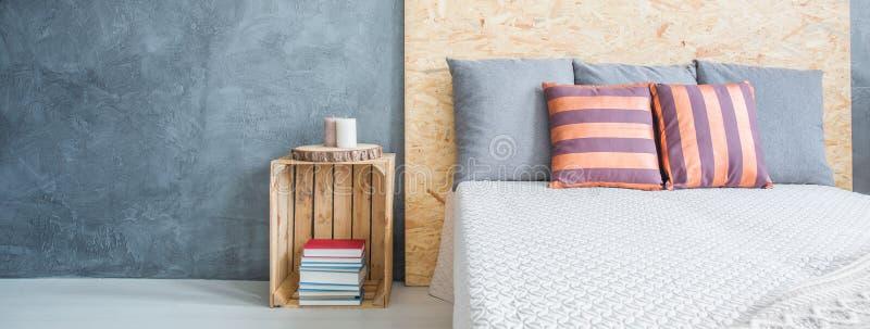 Slaapkamer met grijze muur stock foto. Afbeelding bestaande uit ...