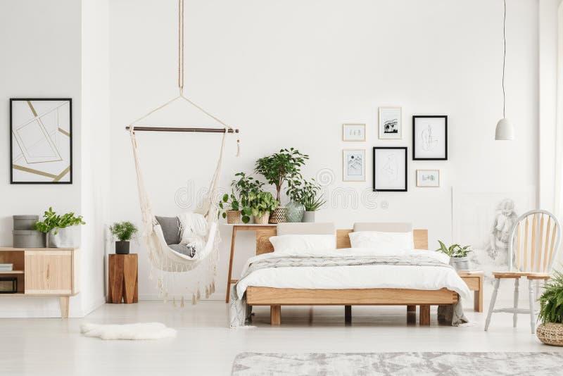 Slaapkamer met houten meubilair stock fotografie