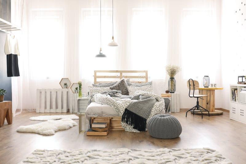 Slaapkamer met houten meubilair stock afbeeldingen