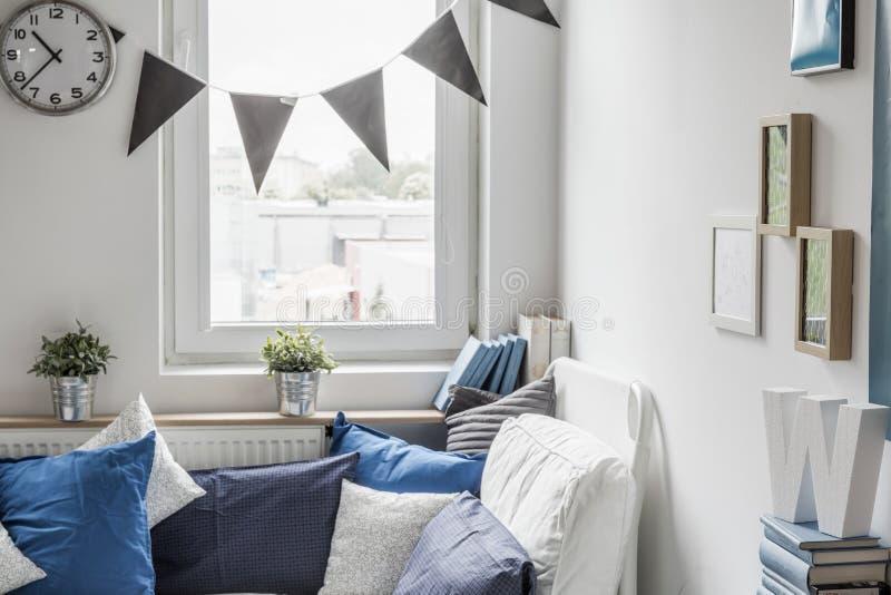 Slaapkamer met klein venster stock foto's