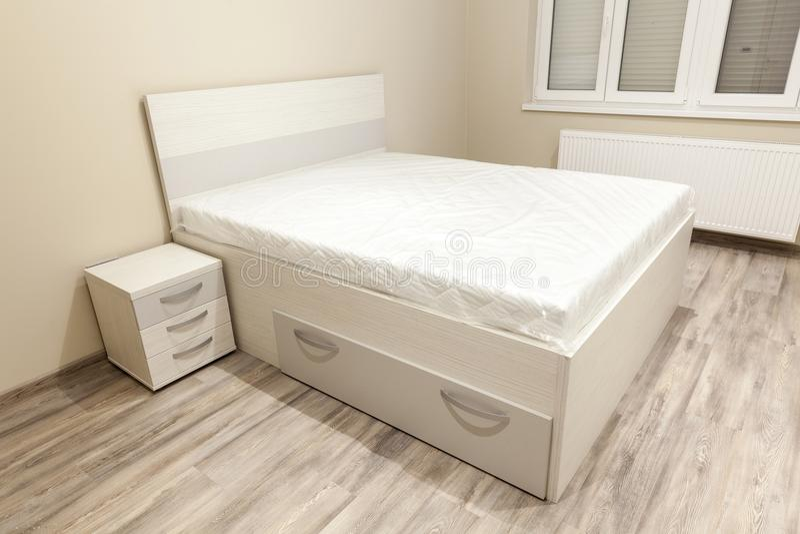 Slaapkamer met leeg bed stock afbeelding