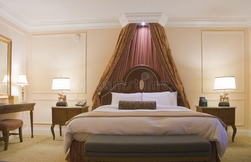 Slaapkamer met luifel kingsize bed stock foto