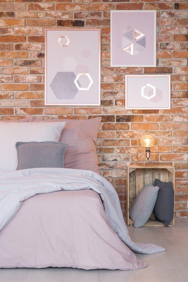 Slaapkamer Met Moderne Muurdecoratie Stock Afbeelding - Afbeelding ...