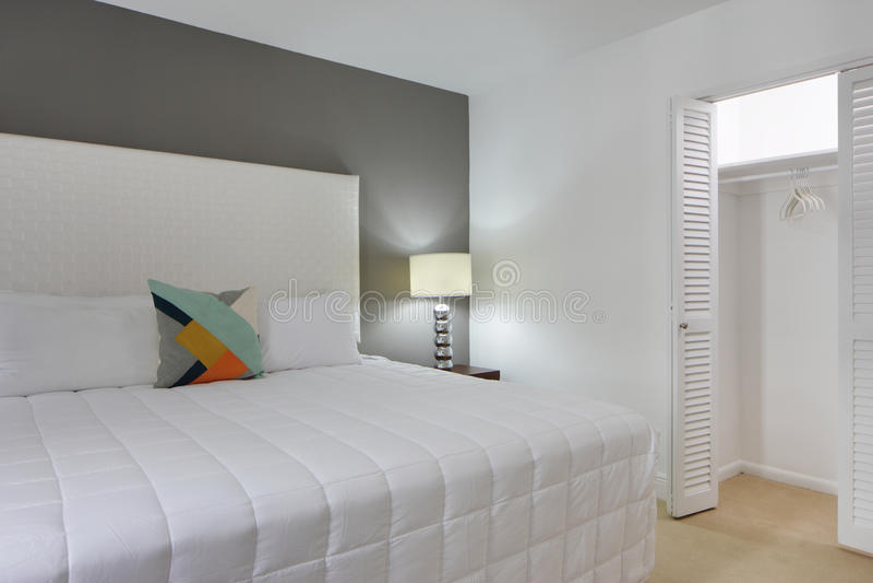 Slaapkamer met open kast stock foto