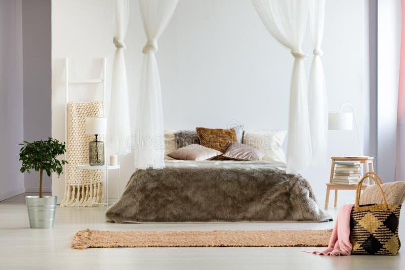 Slaapkamer met overmaatse beddeken stock fotografie