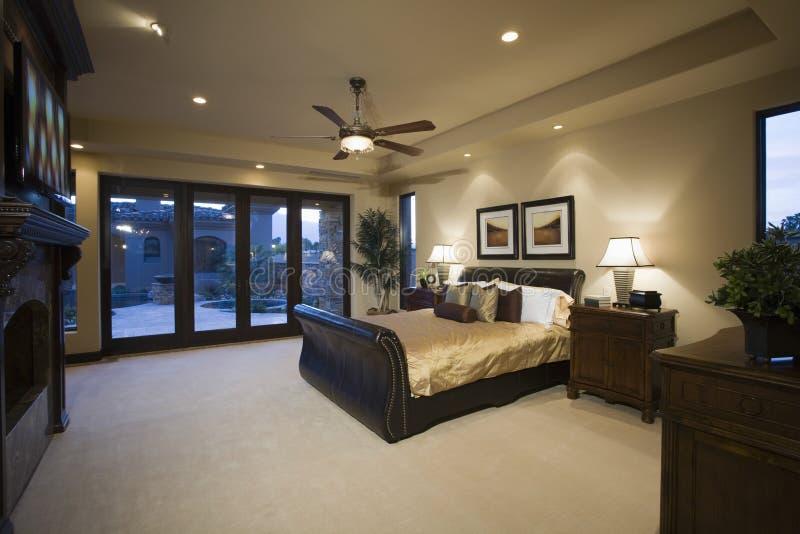 Slaapkamer met Plafondventilator stock foto