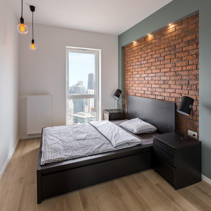 Slaapkamer met rood, bakstenen muur stock afbeeldingen