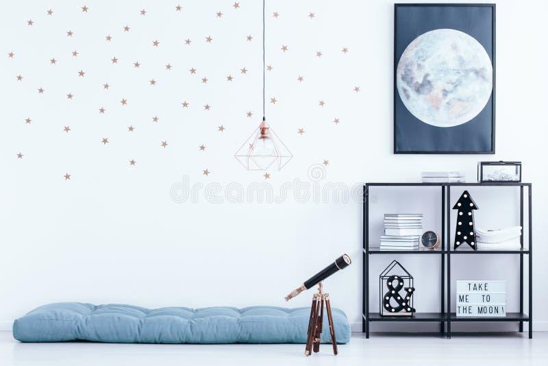 Slaapkamer met sterbehang royalty-vrije stock afbeelding