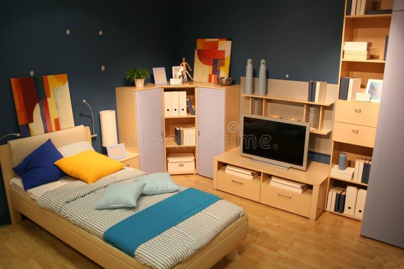 Slaapkamer met TV stock afbeeldingen
