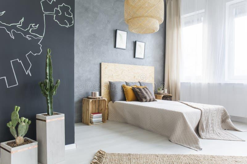 in slaapkamer met tweepersoonsbed stock foto afbeelding