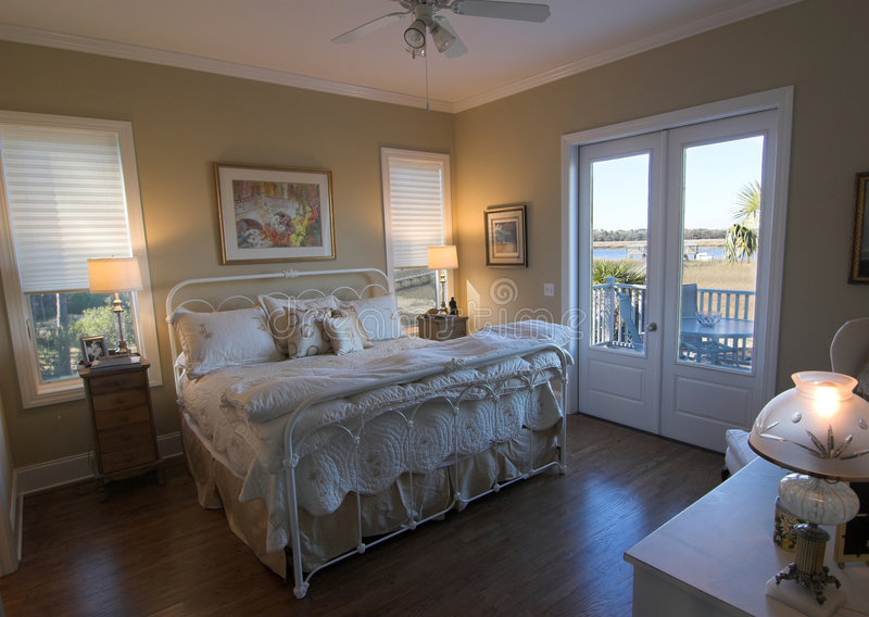 Slaapkamer met waterkantmening stock fotografie