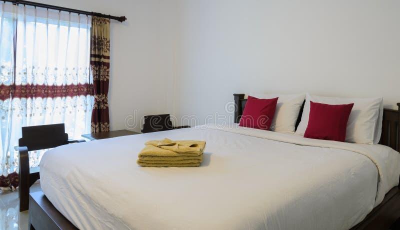 Slaapkamer met wit bed stock afbeeldingen