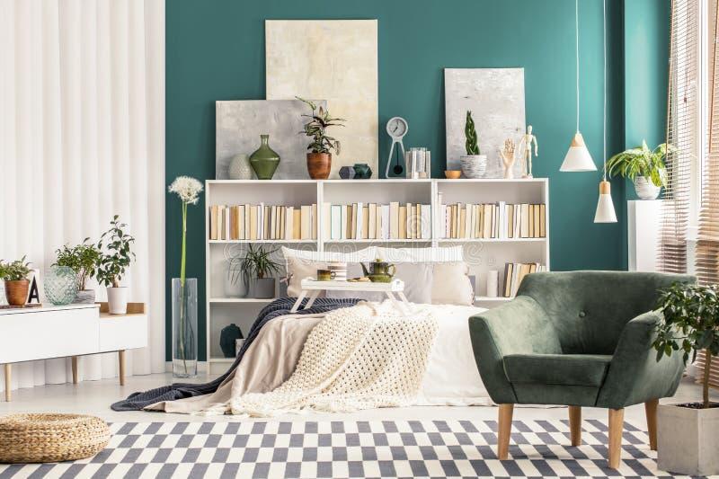 Slaapkamer met wit Skandinavisch meubilair royalty-vrije stock afbeeldingen