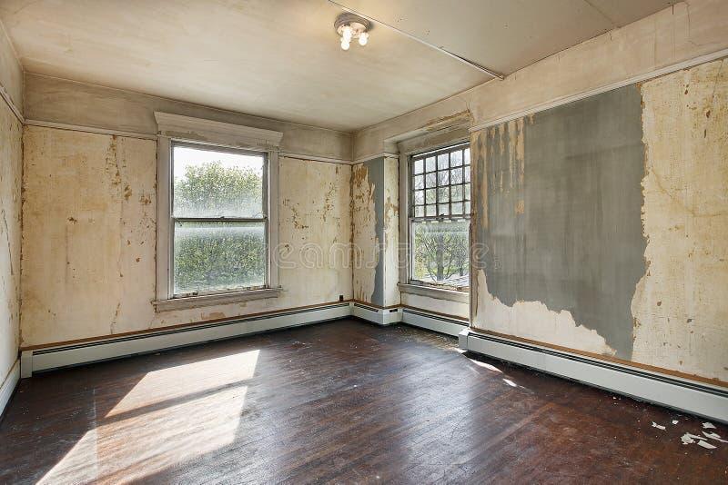 Slaapkamer in oud verlaten huis stock foto