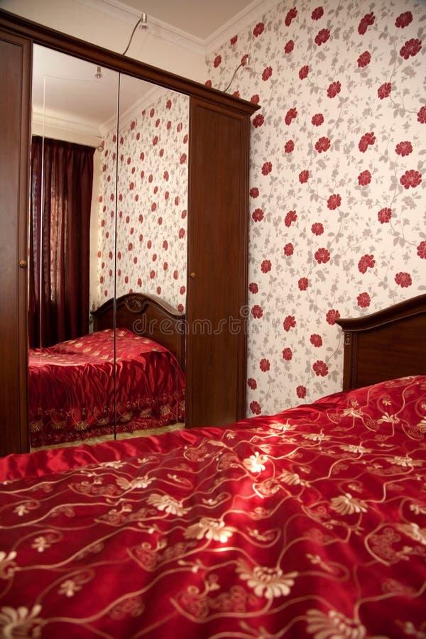 Slaapkamer in rode kleuren stock foto afbeelding for Slaapkamer kleuren