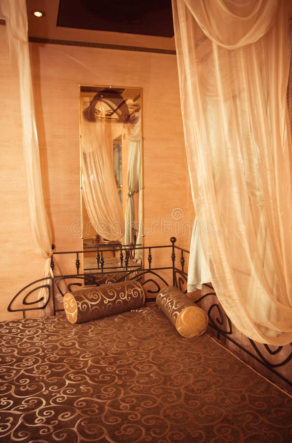 Slaapkamer. twee bedden en twee hoofdkussens royalty-vrije stock afbeelding