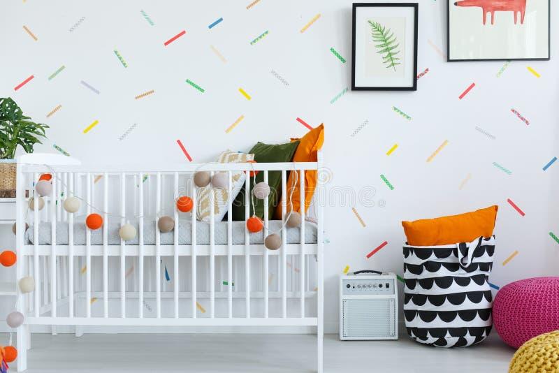 Slaapkamer van de Scandi de kleurrijke baby ` s stock foto's