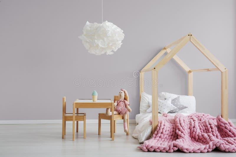 Slaapkamer van het pastelkleur de roze meisje ` s royalty-vrije stock afbeelding