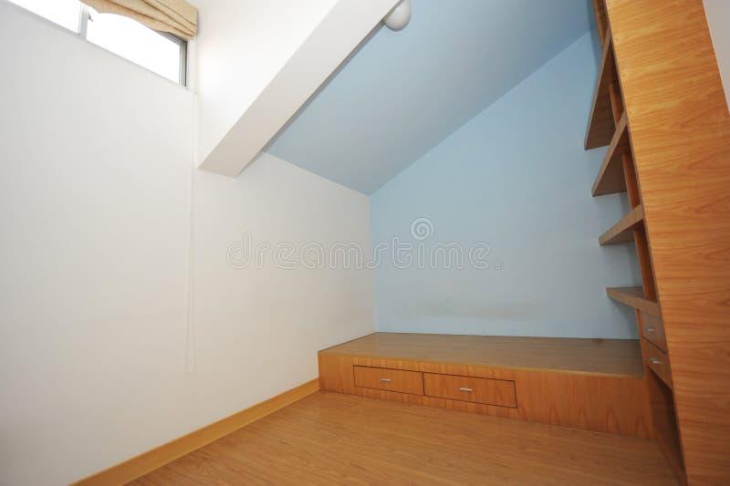 Slaapkamer in zolder stock afbeelding