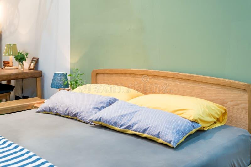 Slaapkamerbinnenland met bed en hoofdkussen van comfortabel huis stock afbeeldingen