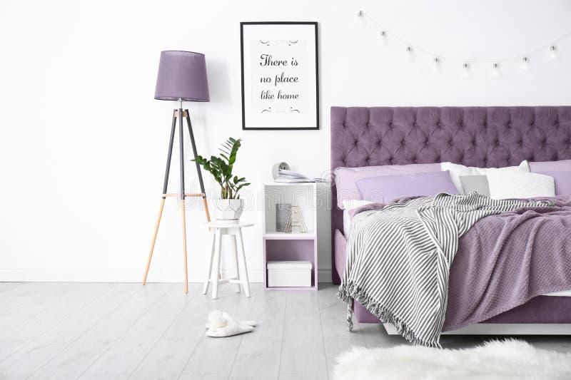 Slaapkamerbinnenland met comfortabel bed royalty-vrije stock afbeelding