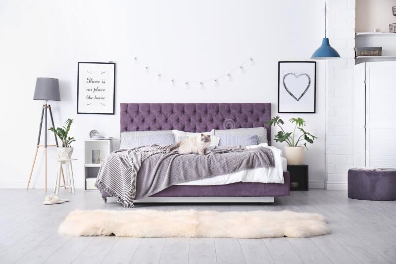 Slaapkamerbinnenland met comfortabel bed royalty-vrije stock afbeeldingen