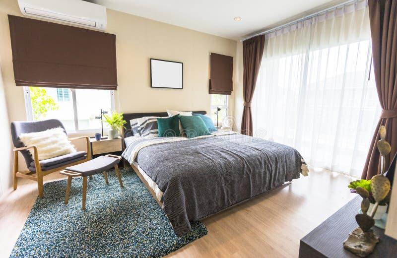 Slaapkamerbinnenland met het bed van de koningsgrootte met grijs beddegoed royalty-vrije stock afbeelding