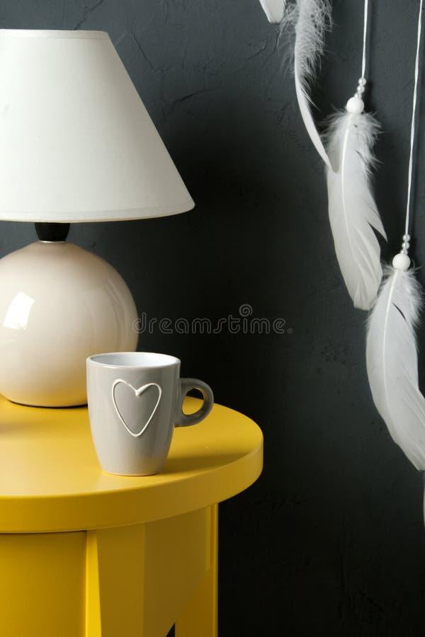 Slaapkamerdecor op donkergrijze achtergrond stock fotografie