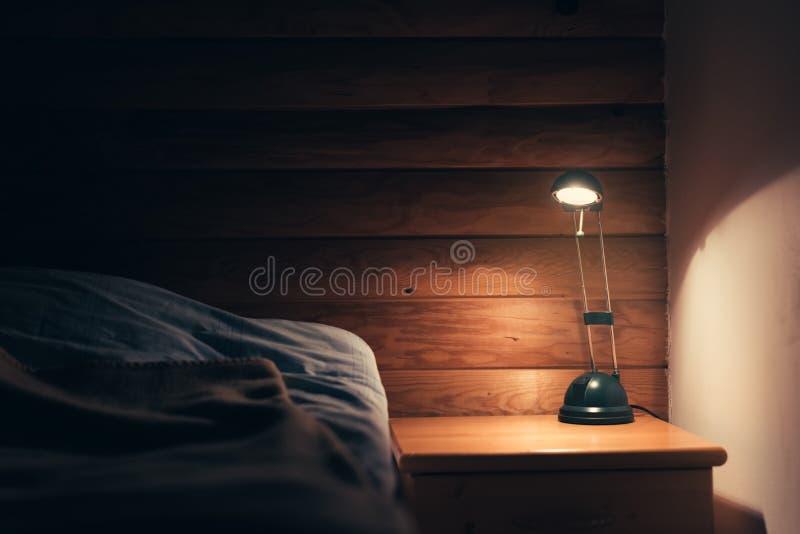 Slaapkamerlamp op een nachtlijst stock afbeeldingen