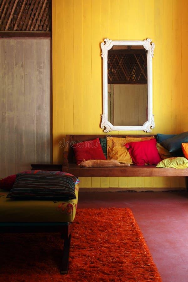 Slaapkat in etnisch tropisch Aziatisch huis stock foto