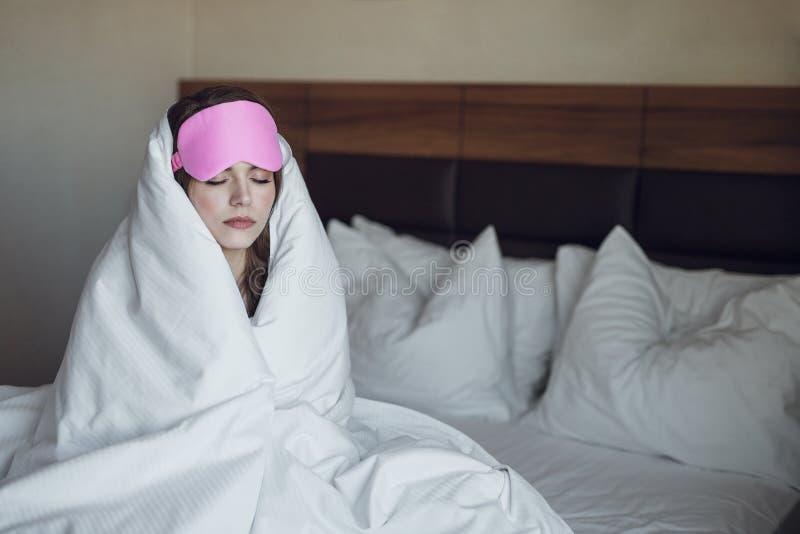 Slaapvrouw in de ochtend stock afbeelding