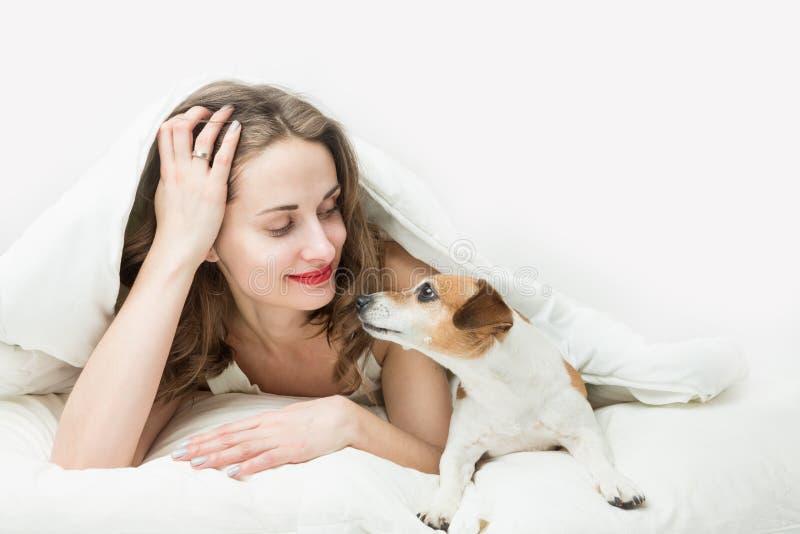 Slaapvrouw met kleine huisdierenhond royalty-vrije stock afbeelding