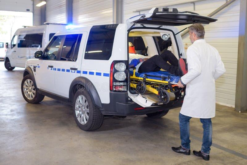 Slachtoffer binnen ziekenwagen stock foto's