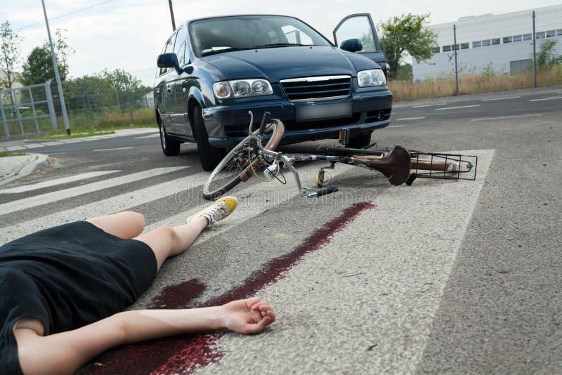 Slachtoffer in bloed op de weg stock afbeeldingen