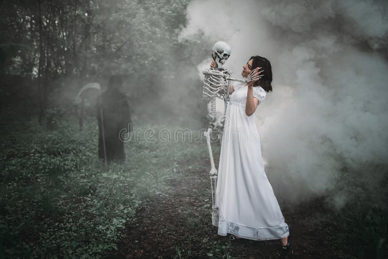 Slachtoffer met menselijk skelet en dood in het bos stock foto's