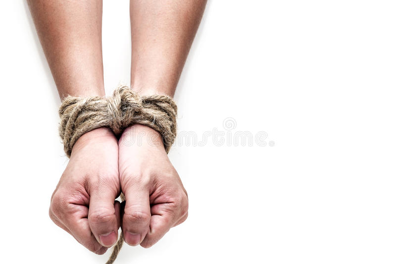 Slachtoffer, slaaf, prosoner mannelijke die handen door grote kabel worden gebonden royalty-vrije stock fotografie
