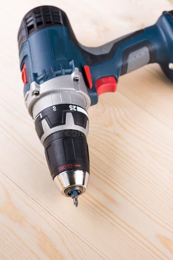 Sladdlös drillborr på träbrädetabellen arkivfoton
