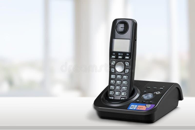 Sladdlös modern telefon- och grundstation som isoleras på royaltyfri bild