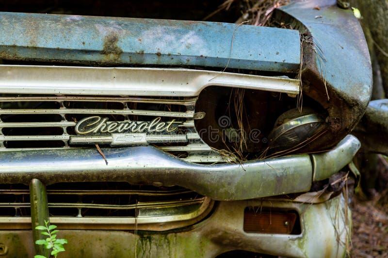 Slagen billykta på gamla Chevrolet arkivfoton