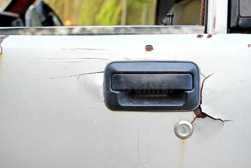 Slagen gammal smutsig bilhandtagyttersida i tappning stylesmashed gammal smutsig bilhandtagyttersida i tappningstil arkivbilder