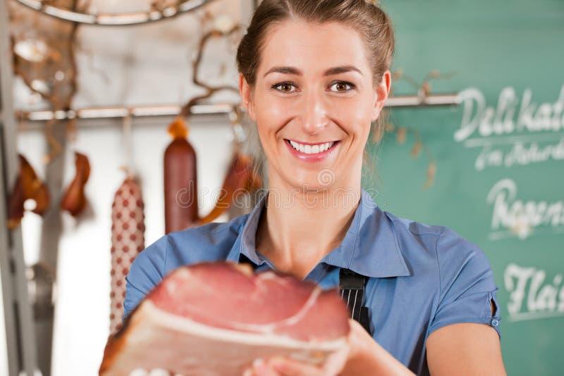 Slager met Ruw Vlees stock foto