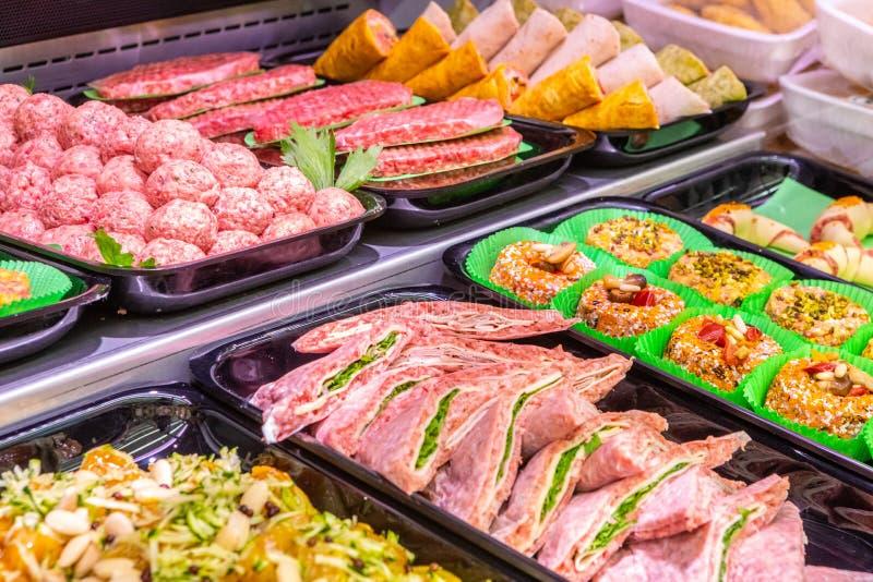 Slager, vleesafdeling Verscheidene die producten in een showcase worden getoond stock afbeelding