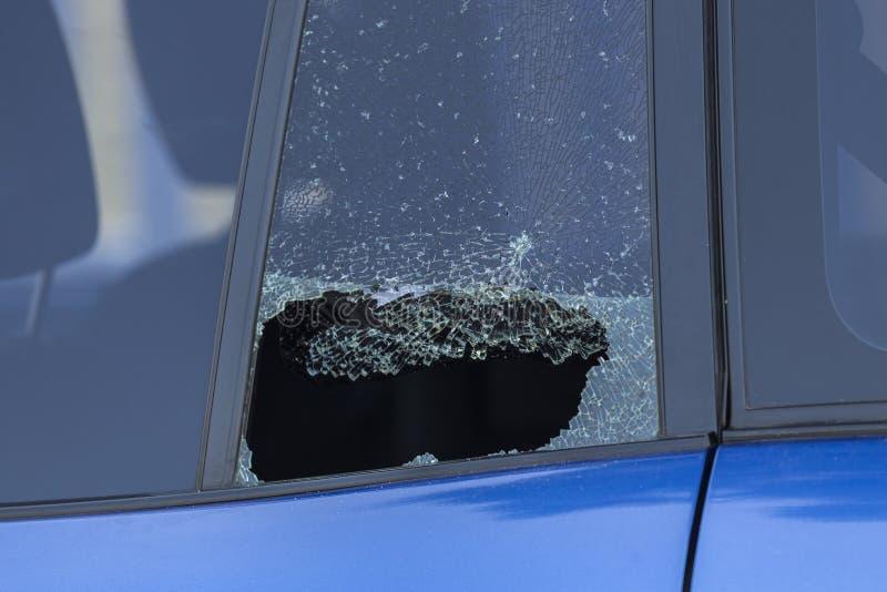 Slagit bakre bilfönster arkivfoto