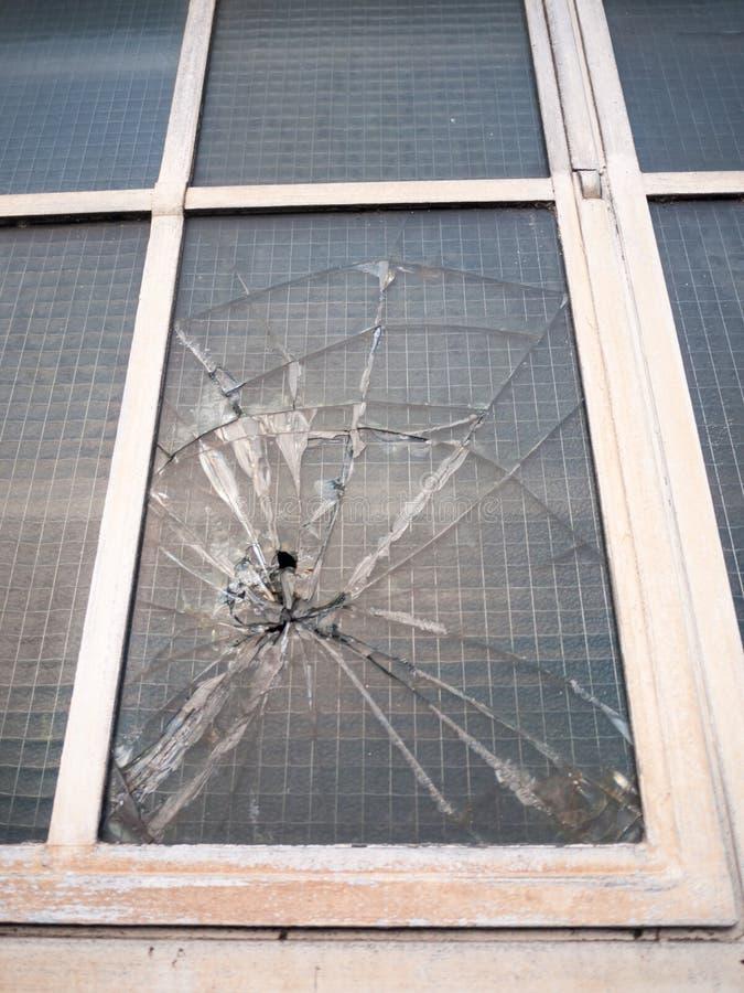 slagit brutet fönster upp nära brottsligt skadevandalismbrott fotografering för bildbyråer