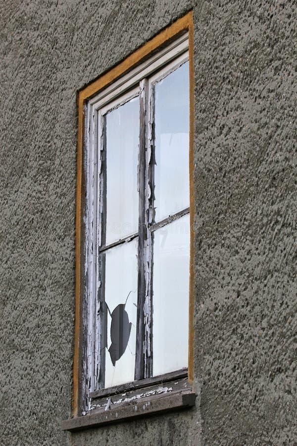 slagit fönster royaltyfri bild